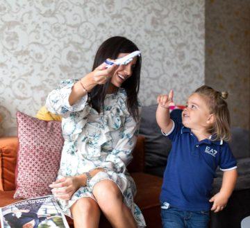 Mama i dete se igraju sa avionima igrackama